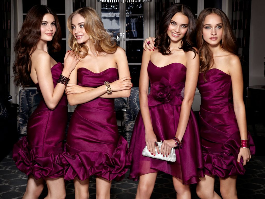 девушки в одинаковых платьях